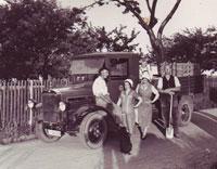 1935 - der erste Lieferwagen bringt die Waren in die Dresdner Markthalle
