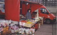1990 - Gemüse- und Blumenverkauf auf dem Markt in Dresden Johannstadt