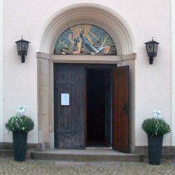 Blumenschmuck vor der Kirche