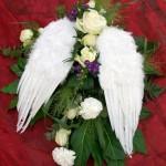 Blumenschmuck mit Engelsflügeln