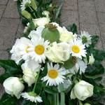 Blumenschmuck für das Hochzeitsauto in weiß