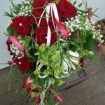 Brautstrauß mit roten Rosen und Perlen