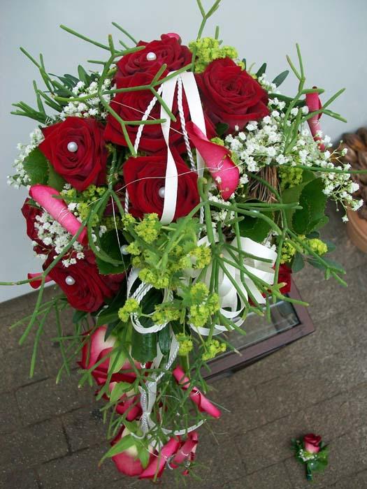 brautstrau mit roten rosen und perlen g rtnerei. Black Bedroom Furniture Sets. Home Design Ideas