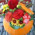 Herbst. Kürbisdeko mit frischen Blumen