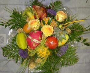 obststrauß mit exotischen früchten wie bananen, drachenfrucht (pitaya), ananas, physalis, sternfrucht...