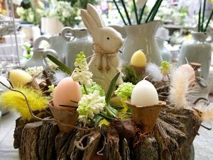 Dekorativer Osterkranz mit Holzhase