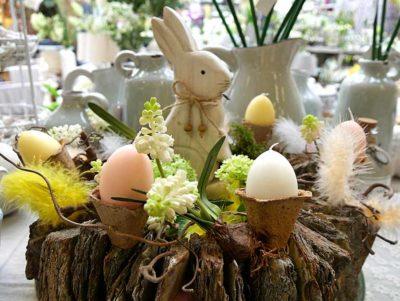 Dekorativer Osterkranz mit Holzhasen