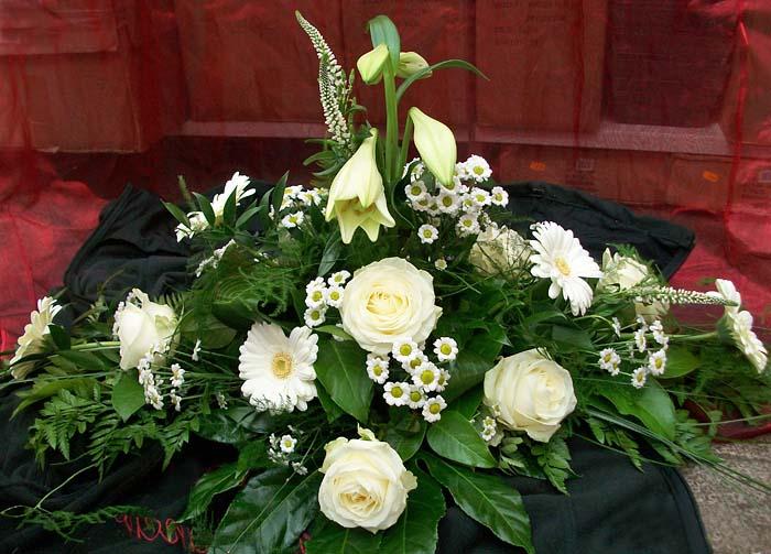 Sargschmuck mit Blumen in weiß