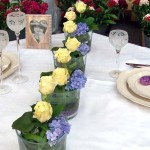 Floraler Tischschmuck mit zartgelben Rosen und Hortensien