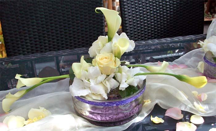 Tischschmuck mit Rosen und Callas