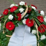 Trauerkranz mit roten Gerberas