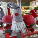 knuffiger Weihnachtswichtel auf Schlitten